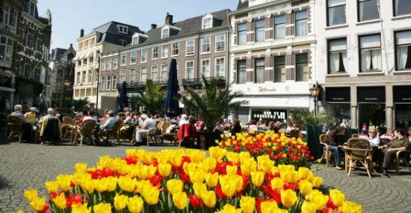 Een drankje op Plaats, vlakbij het Buitenhof in Den Haag
