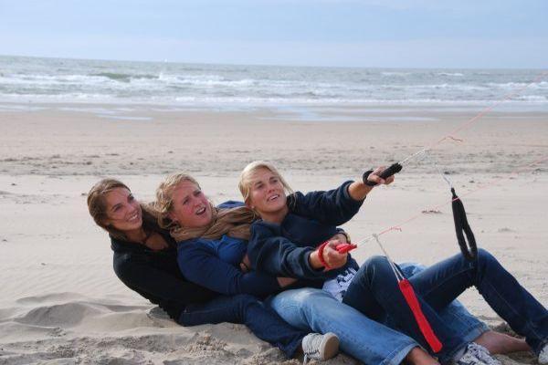 Kiten op het strand